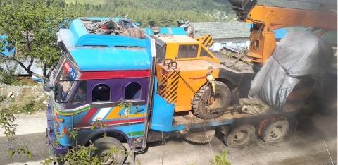 क्रेन दूगु ट्रकय् करेन्टं थिउबले निम्ह चालक मन्त